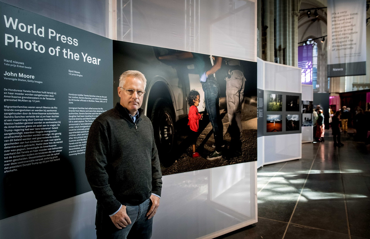 Le photographe américain John Moore pose devant son cliché couronné au World Press Photo 2019.