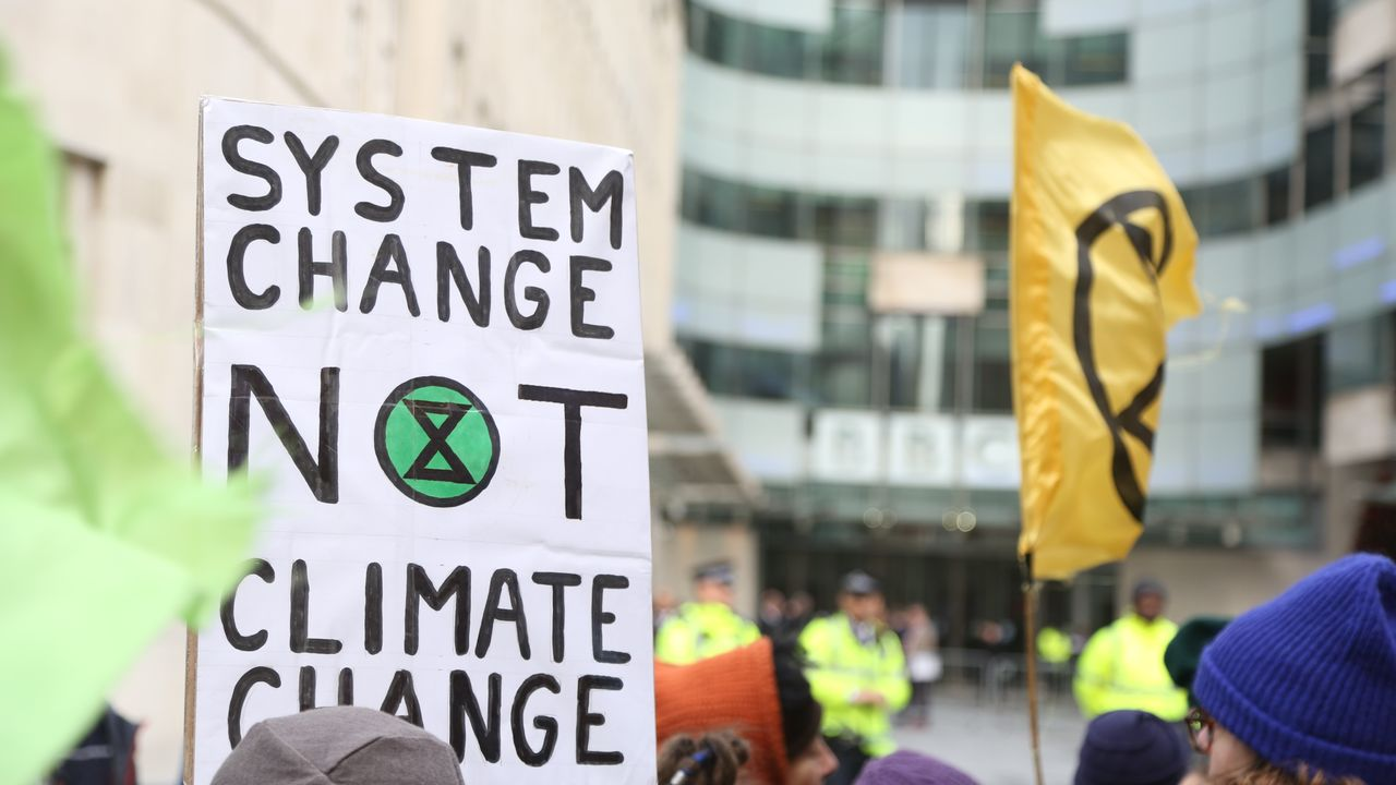 """Un changement de système, pas le changement climatique"": une pancarte lors d'une manifestation du groupe Extinction Rebellion à Londres en décembre 2018. [Tayfun Salci - Anadolu Agency]"