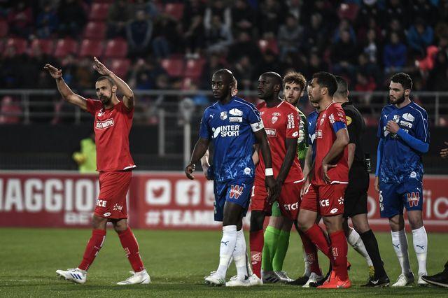 """Le capitaine amiénois Prince Gouano (bleu) a été visé par des """"fans"""" de Dijon. [Jeff Pachoud - AFP]"""