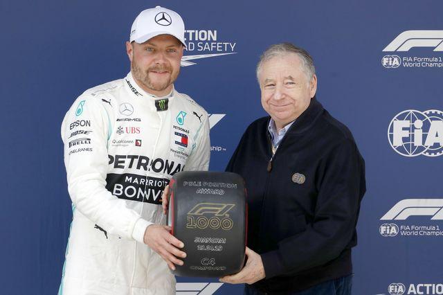 Valtteri Bottas a reçu un prix spécial de la part de Jean Todt, président de la Fédération internationale de l'automobile. [Keystone]