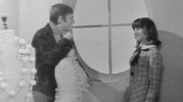 La chanteuse fribourgeoise Arlette Zola, en compagnie d'Henri Dès, en 1969. [RTS]