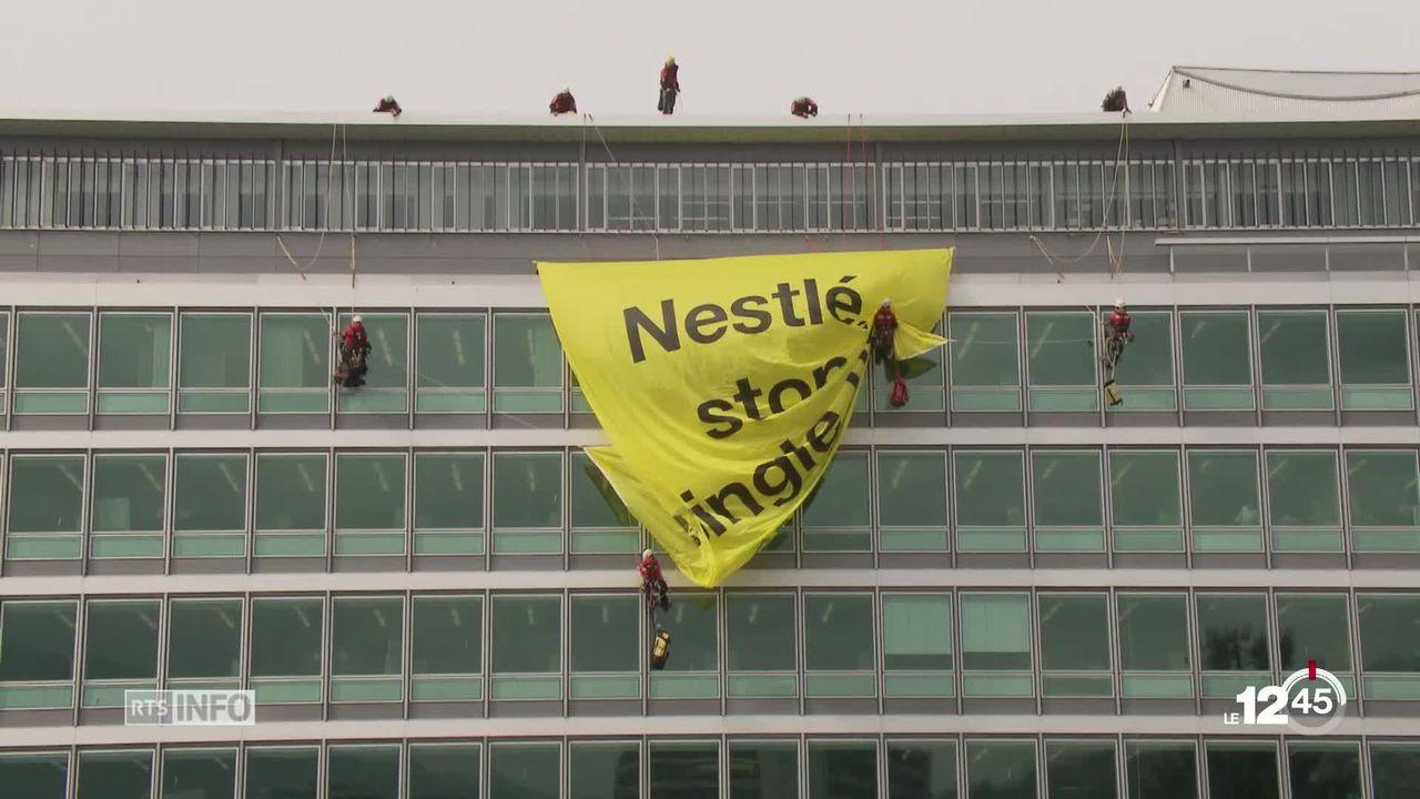 Mardi matin, des militants de Greenpeace ont déployé des banderoles sur les façades du siège de Nestlé à Vevey. [RTS]