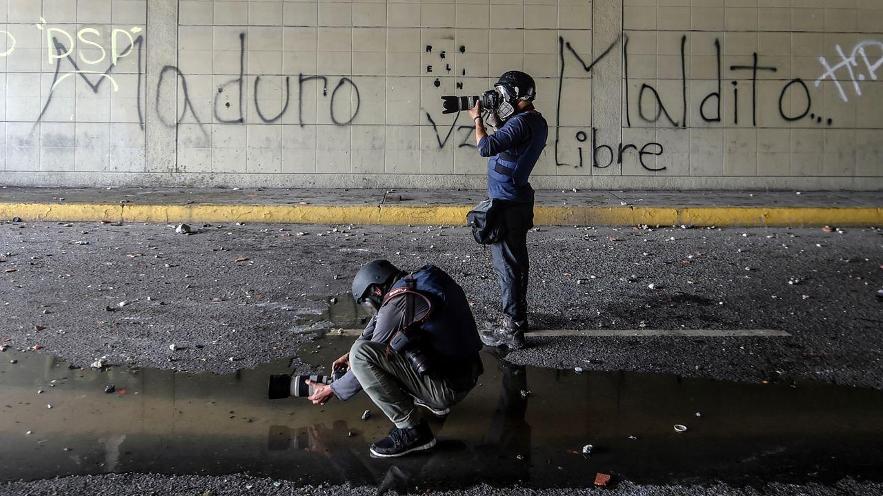 Des photographes-journalistes prenant des photos lors des manifestations au Venezuela. [Juan Barreto - AFP]