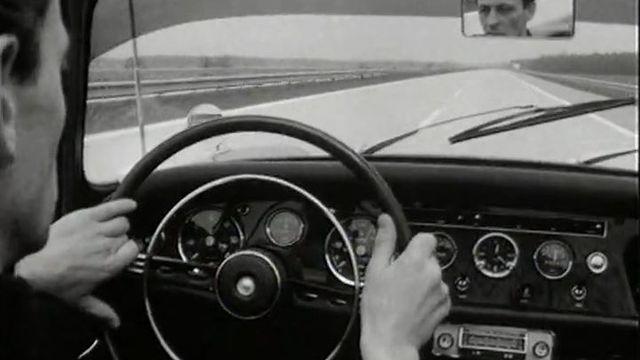 Un nouveau moyen d'éviter les bouchons sur la route en 1966. [RTS]