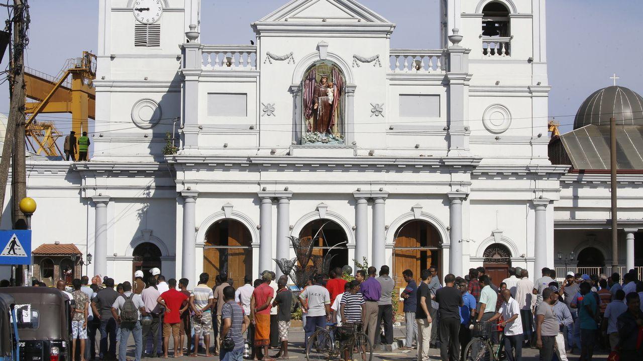 Des Sri Lankais sont réunis devant l'église St-Antoine à Kochchikade, Colombo, le 22 avril. [M. A. Pushpa Kumara - EPA/Keystone]