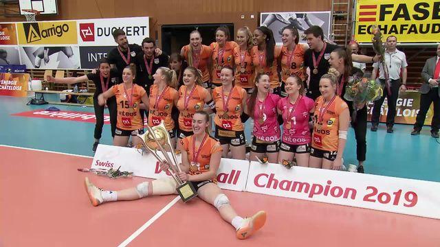 Finale dames, match 4: le NUC reçoit son trophée de champion de Suisse! [RTS]