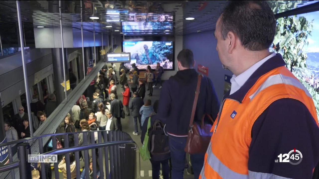Le métro lausannois, le M2 est victime de son succès. Un dispositif est testé pour fluidifier le trafic passager. [RTS]