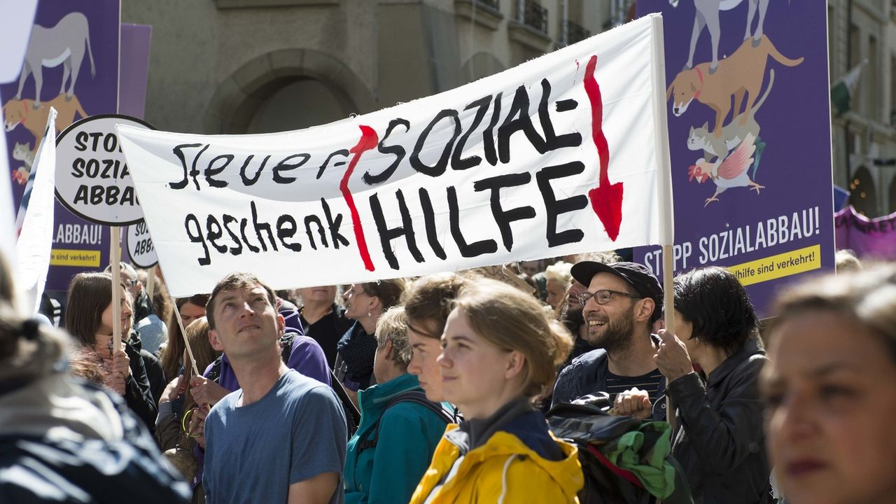 Au mois de juin 2017, des manifestations avaient déjà eu lieu à Berne pour dénoncer ce projet de loi sur l'aide sociale. [Thomas Delley - Keystone]