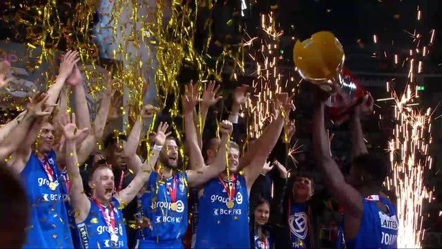 Finale messieurs, Lions de Genève – Fribourg Olympic (73-82): la remise du trophée aux Fribourgeois [RTS]