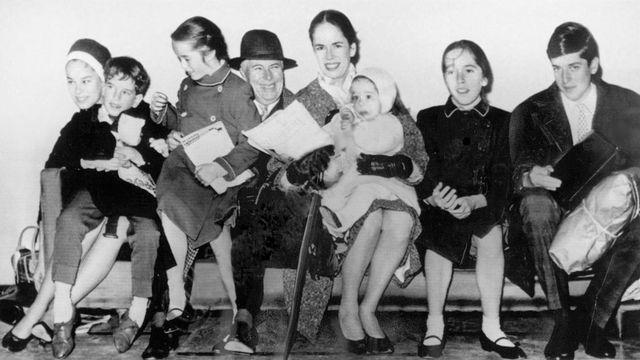 """Charlie Chaplin et sa femme Oona (au centre) en 1961 avec leurs enfants (de gauche à droite): Geraldine, Eugene, Victoria, Annette, Josephine et Michael. Chaplin commença à travailler sur le scénario de """"The Freak"""" vers 1969 avec l'intention de confier le rôle principal à sa fille Victoria. Mais le mariage imprévu de celle-ci et l'âge avancé de son père furent autant d'obstacles à la réalisation du film, qui ne vit jamais le jour. [Associated Press photographer]"""