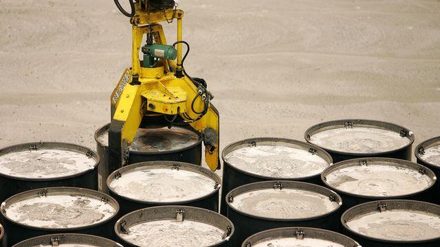 Fûts métalliques renfermant des déchets nucléaires. [Olivier Laban-Mattei - AFP]