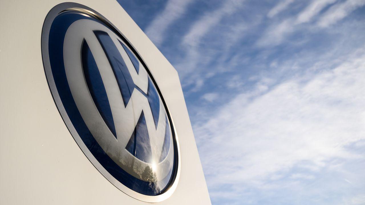 Le logo de VW au siège de Wolfsburg en Allemagne. [Christophe Gateau - Keystone/EPA]