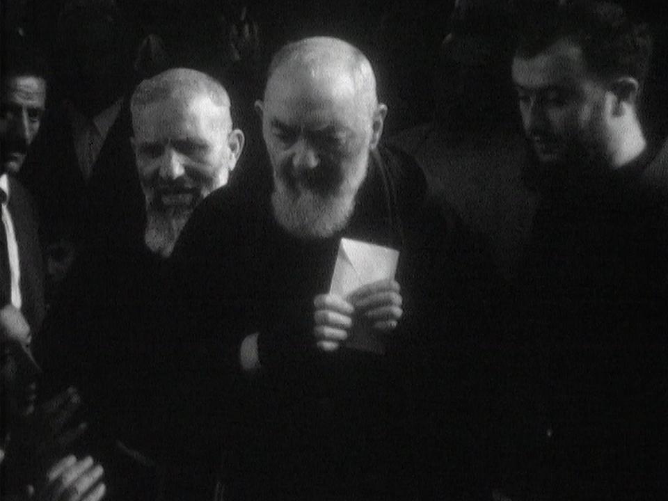 Padre Pio (à droite), filmé par la caméra de Continents sans visa en 1968. [RTS]