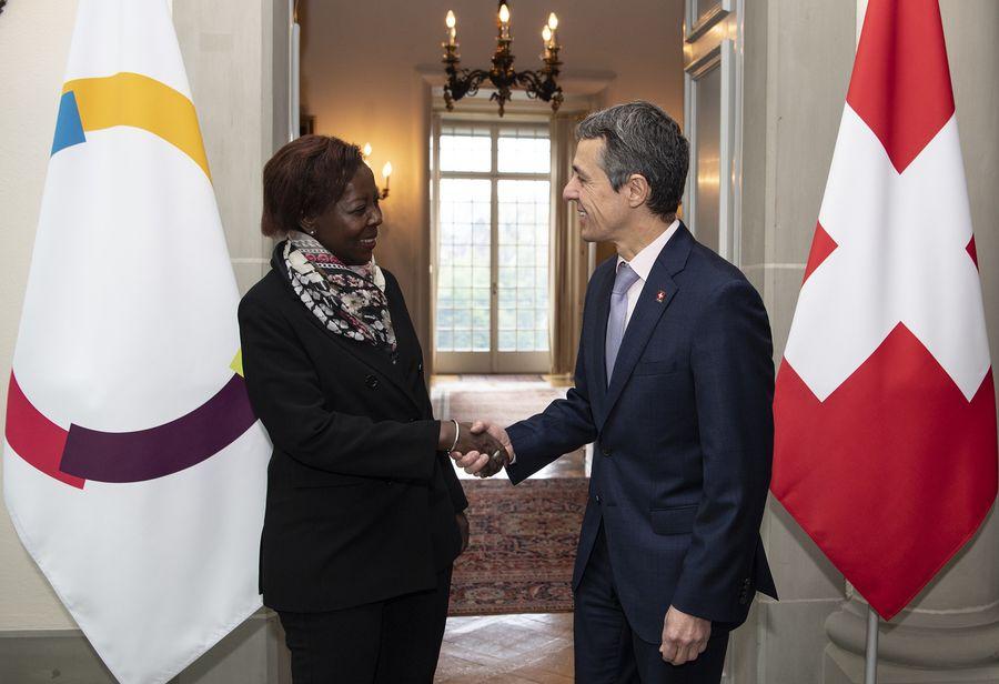 Reçue à Berne, la cheffe de la Francophonie Louise Mushikiwabo a salué le rôle de la Suisse.
