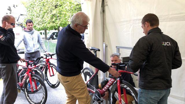 Les commissaires en pleine action lors du contrôle technique du vélo. [Sébastien Schorderet - RTS]