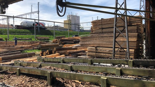 Les bâtiments en bois sont tendance mais les scieries suisses ferment. [Davis Jordan - RTS]