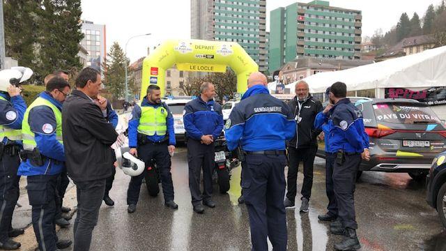 Avant le départ, briefing entre les polices cantonales vaudoises et neuchâteloises. [Sébastien Schorderet]
