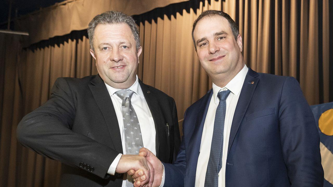 Jacques Nicolet et Michaël Buffat lors du congrès de l'UDC Vaud à Villars-le-Terroir. [Cyril Zingaro - Keystone]