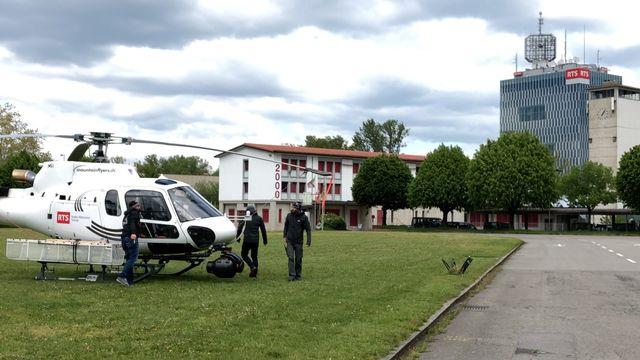 L'équipage de l'hélicoptère du Tour de Romandie se compose de trois personnes: un pilote, un caméraman et un technicien. [Sébastien Schorderet - RTS]