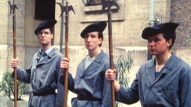Portrait de Willy (au centre), jeune Grison ayant intégré la Garde pontificale du Vatican. [RTS]