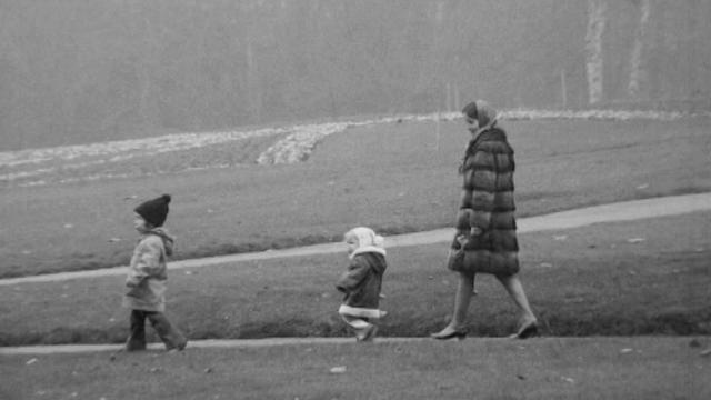 Une mère en promenade avec ses enfants, 1972. [RTS]