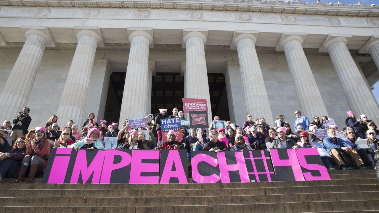 Une pancarte réclamant une procédure de destitution du 45e président des Etats-Unis, Donald Trump, le 20 janvier 2018 à Washington. [MICHAEL REYNOLDS -  EPA]
