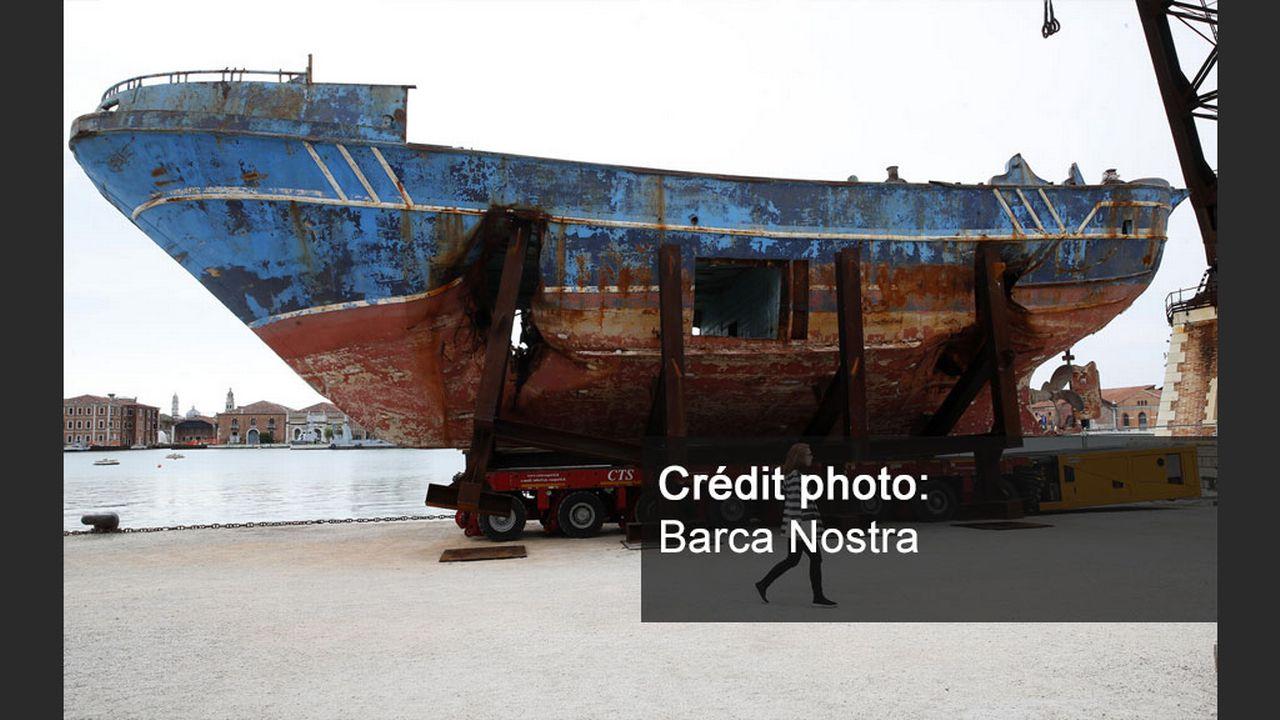 """La """"Barca Nostra"""" de Christoph Büchel fait polémique à la Biennale d'art de Venise. [Antonio Calanni - AP-Keystone]"""