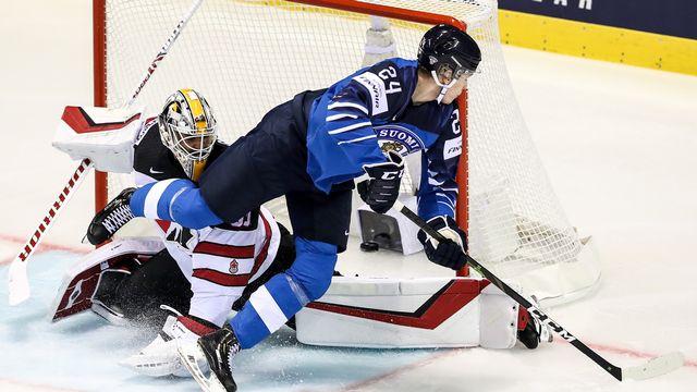 Kakko (en bleu) a été l'homme du match côté finlandais. [Martin Divisek - Keystone]