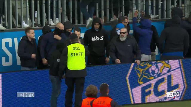 Scènes de hooliganisme hier à Lucerne. Les supporters de GC menaçants au bord de la pelouse. [RTS]