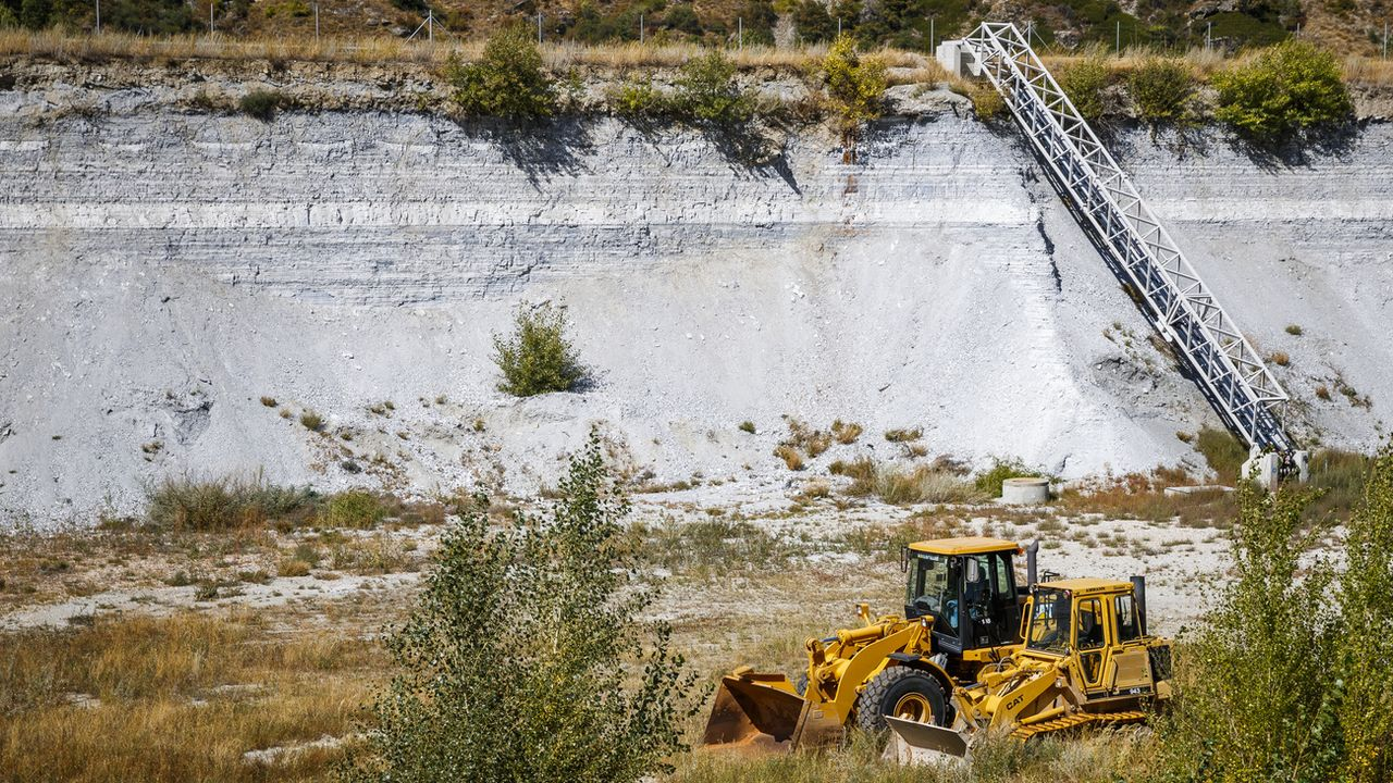 Si elle a permis au Valais de se développer, l'industrie a aussi laissé des traces de pollution dans le sol. [Valentin Flauraud - Keystone]