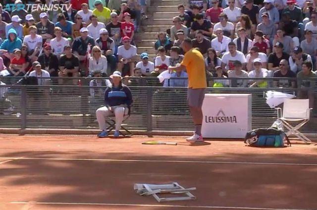 Kyrgios en discussion après avoir balancé la chaise. [Source: ATP Tennis TV (@tennistv) - RTS]