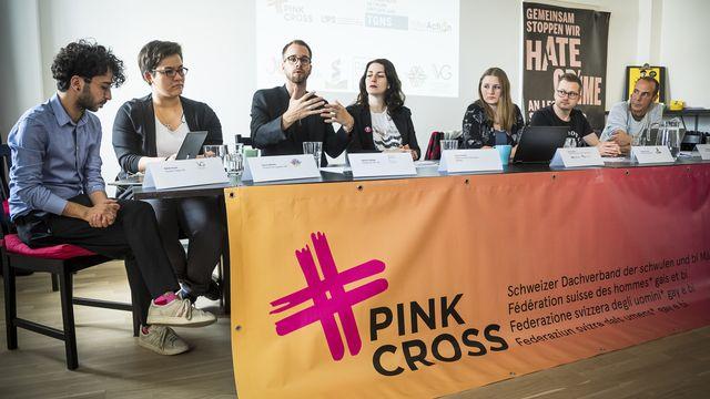 Conférence de presse de Pink Cross sur le dépôt d'une motion pour des statistiques en matière d'agressions LGBTIphobes à Lausanne, le 17 mai 2019. [Jean-Christophe Bott - Keystone]