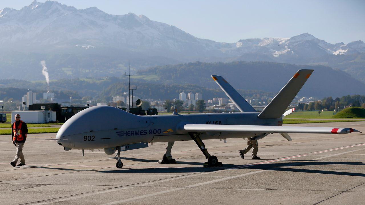 Un drone israélien Hermes 900 à l'aéroport d'Emmen, dans le canton de Lucerne. [Pascal Lauener - Reuters]