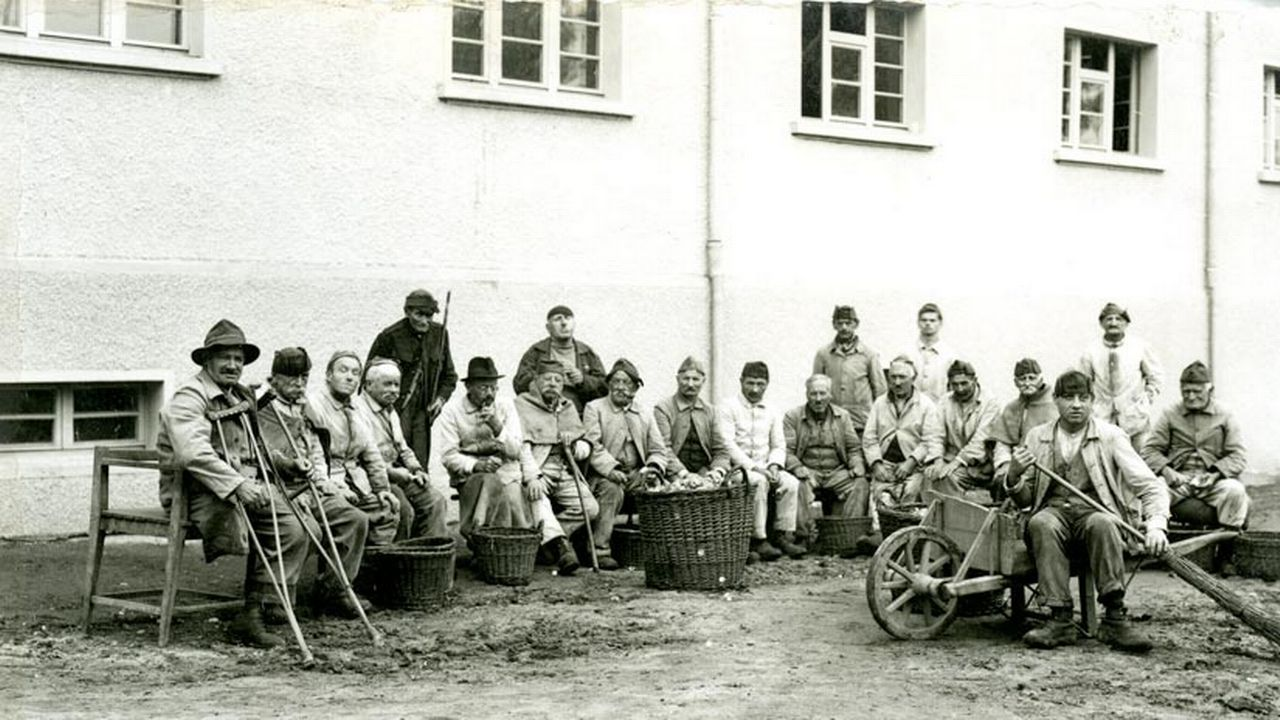 """Un groupe d'assistés"", dit la légende de l'image. Etablissements de Bellechasse, Fribourg, 1920-1930. [Simon Glasson - EB Div Photos 24/Archives de l'Etat de Fribourg (AEF)]"