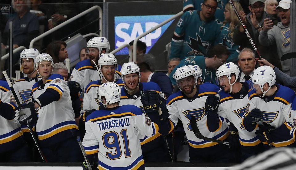 Vladimir Tarasenko est félicité après avoir inscrit le 3-0 pour les Blues. [/Josie Lepe - Keystone]