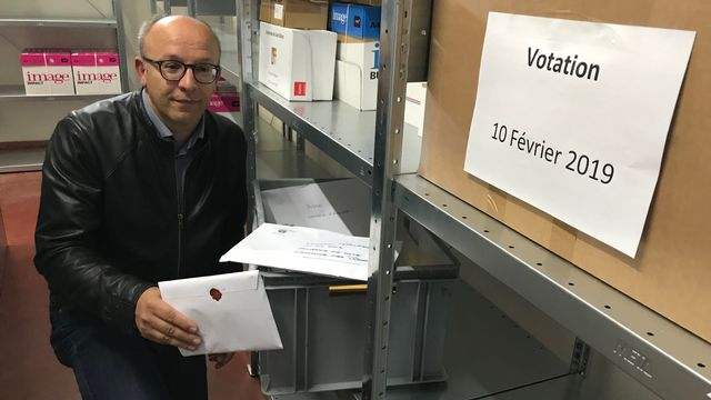 Pascal Fontana, vice-chancelier du canton de Neuchâtel, dans l'abri antiatomique conservant les bulletins de vote. [Alain Christen - RTS]