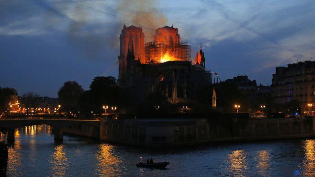 Notre-Dame de Paris en flammes. [Michel Euler - AP/Keystone]