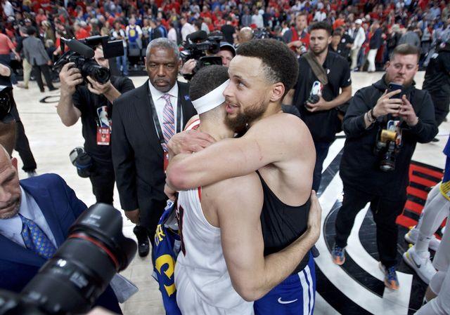 Accolade de fin de série entre les frères Curry: Stephen (à droite) et Seth, qui était dans le camp d'en face. [Craig Mitchelldyer - Keystone]