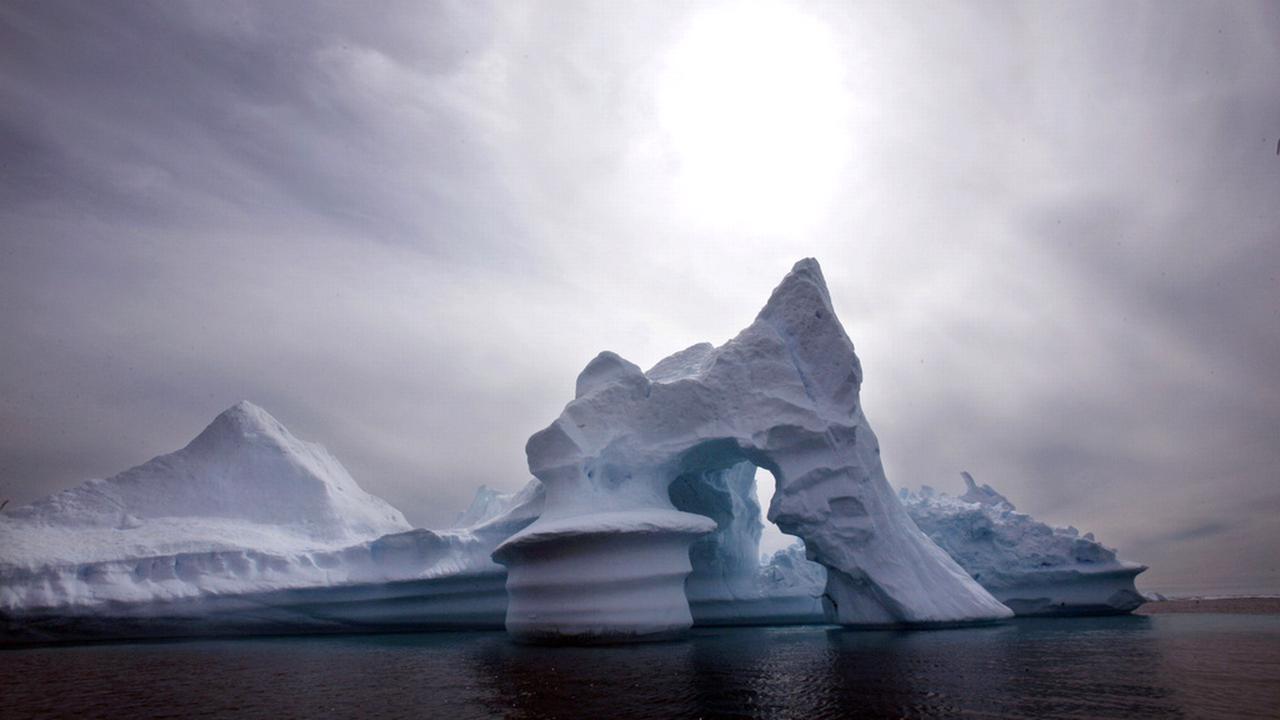 La fonte de ces glaces est l'un des facteurs principaux de la montée des eaux. [John McConnico - AP/Keystone]