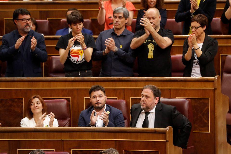 Oriol Junqueras applaudi par ses collègues de parti après sa prestation de serment, 21.05.2019. [Ballesteros - EPA/Keystone]
