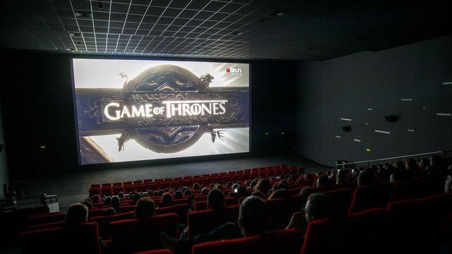 Des spectateurs regardent sur grand écran le dernier épisode de la huitième et dernière saison de la série Game of Thrones dans l'une des salles du cinéma Pathé Balexert, ce lundi 20 mai 2019 à Genève. [Salvatore Di Nolfi - Keystone]