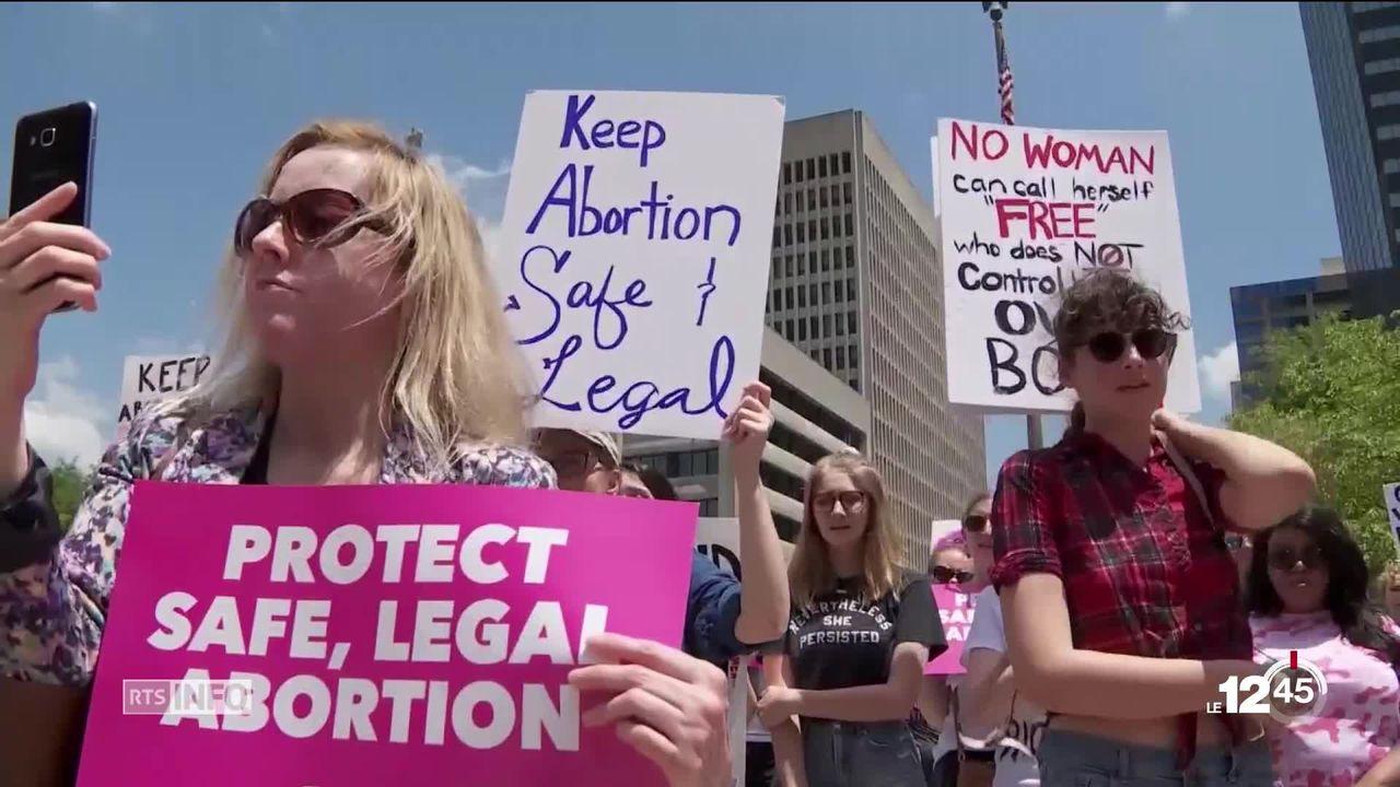 Aux Etats-Unis, plusieurs milliers de personnes sont dans la rue pour soutenir le droit à l'avortement. [RTS]