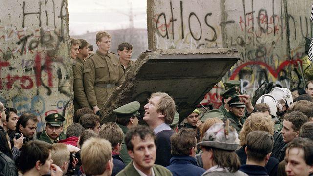 La chute du mur de Berlin va permettre la réunification de l'Allemagne. [Gerard Malie - AFP]