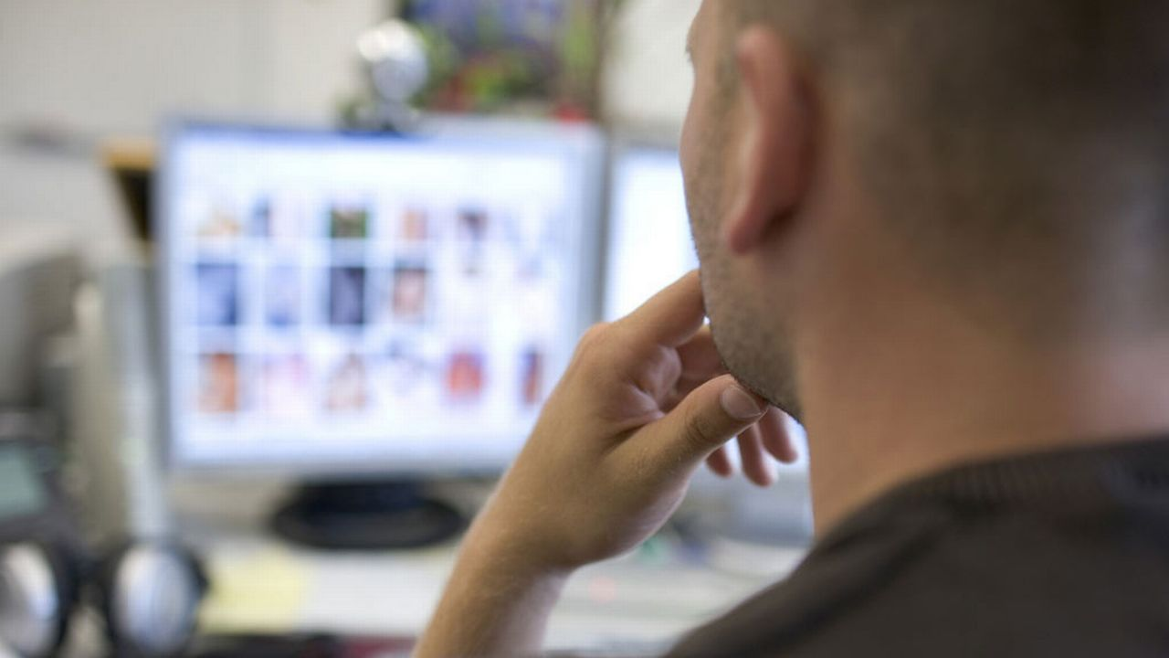 Un employé analysant des contenus illicites sur internet (image d'illustration). [Martin Ruetschi - Keystone]