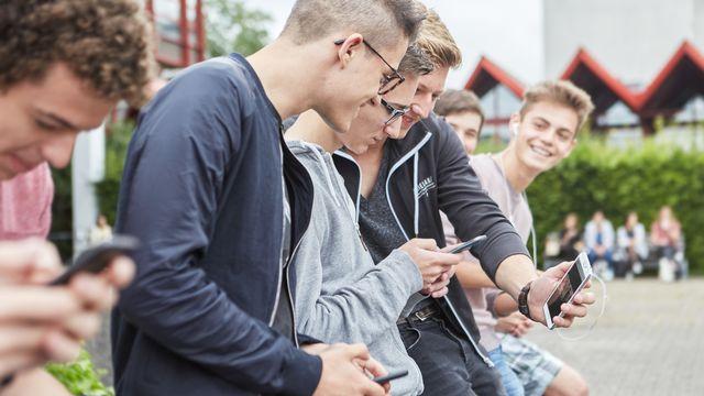 Les jeunes suisses entre 9 et 16 ans sont confrontés à de nombreux risques quand ils surfent sur internet (image d'illustration). [Christof Schuerpf - Keystone]