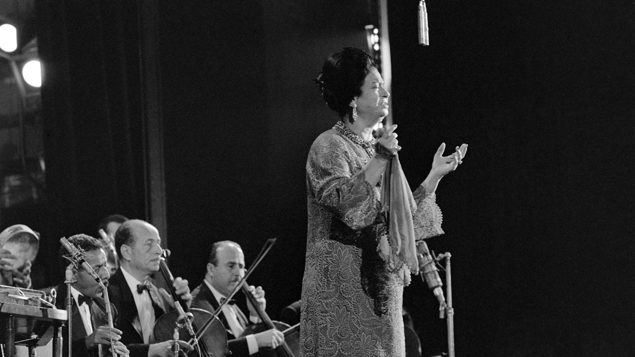 La chanteuse égyptienne Umm Kulthum en 1967 à l'Olympia à Paris. [Stringer - AFP]