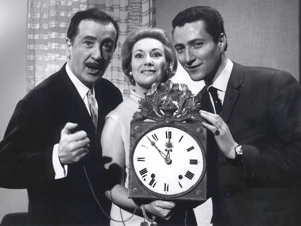 Claude Evelyne, entourée de Pierre Lang (à gauche) et d'Yves Court (à droite), dans les années 60. [RTS - RTS]
