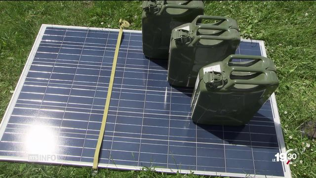 L'installation de panneaux photovoltaïques pourrait être un pas vers la sortie des énergies fossiles, si des décisions politiques sont prises pour la promouvoir. [RTS]