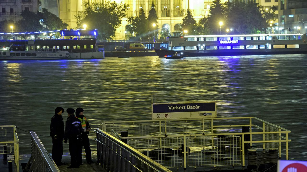 Des policiers sur un embarcadère à Budapest après le naufrage du bateau de touristes. [Keystone]