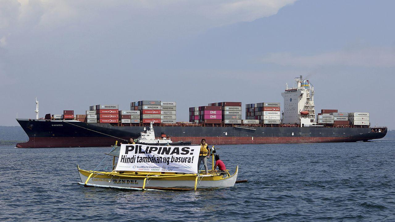 """""""Les Philippines ne sont pas un dépotoir!"""", c'est ce que dit ce panneau, devant un cargo qui renvoie plusieurs tonnes de déchets expédiés par le Canada. [Keystone /AP ]"""
